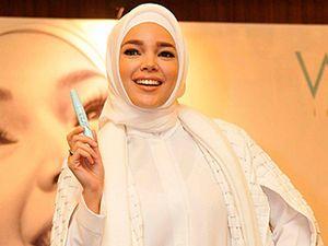 Dewi Sandra Kembali Bernyanyi Setelah Hijrah