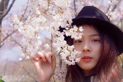 Heboh! ABG Cantik Tarik Sakura & Joged di Kereta Jepang