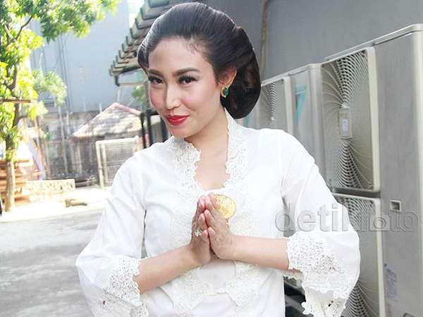 Pesona Ayu Dewi Berkebaya dan Bersanggul di Hari Kartini