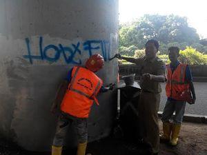 Lurah Cipinang Cempedak Bersihkan Coretan Vandalisme di Cawang