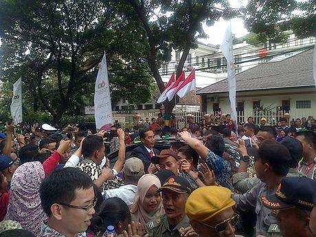 Jokowi Turun dari Mobil, Ratusan Warga Bandung Histeris