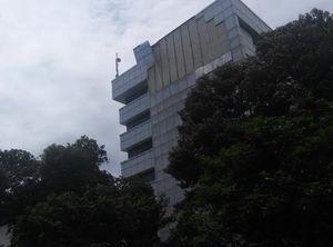Gara-gara Angin Kencang, Pelapis Gedung Setjen DPR Berjatuhan