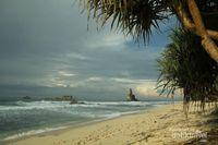 Pantai di Pacitan Ini Punya Batuan Megalitikum di Tepinya