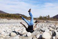 Susah Ditiru, Traveler Keliling Dunia Sambil Pose Headstand