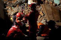 Duh, Turis & Masyarakat Malah Selfie di Lokasi Gempa Nepal
