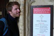 Aneh Banget, Pria Ini Keliling Inggris Untuk Jilati Semua Katedral