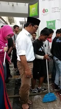 Warga Ajak Selfie Saat Ngepel Jl Braga, Ridwan Kamil: Kerja Dulu Dong!