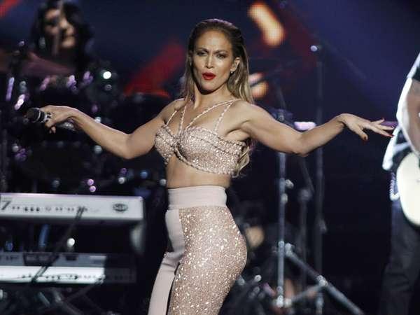 Seksi! Penampilan J.Lo di Panggung Billboard Latin Music Awards