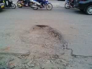 Bu Airin, Kenapa Jalan Rusak Parah di Ciputat Ini Belum Diperbaiki?