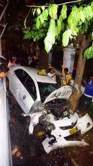 Sopir Bonyok, Ini Penampakan Taksi yang Terguling dan Ringsek di MT Haryono