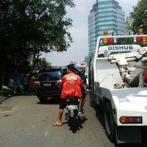 Parkir Sembarangan di Jl Gunung Sahari, Mobil Ini Diderek Beserta Sopirnya