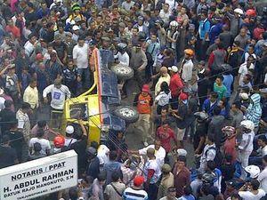 Demo di PLN Tanjungpinang Kepri Berakhir Bentrok, Belasan Orang Terluka