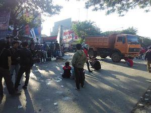 Aksi Unjuk Rasa di DPRD Sulsel Berujung Bentrok, 11 Kader HMI Diamankan