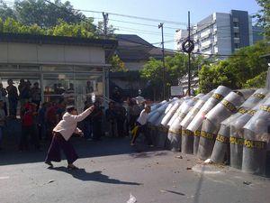 Simulasi Pengamanan di Semarang, Ibu-ibu ini Semangat Lempari Polisi
