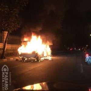 Sebuah Mobil Sedan Terbakar di Daerah Cikokol, Tangerang