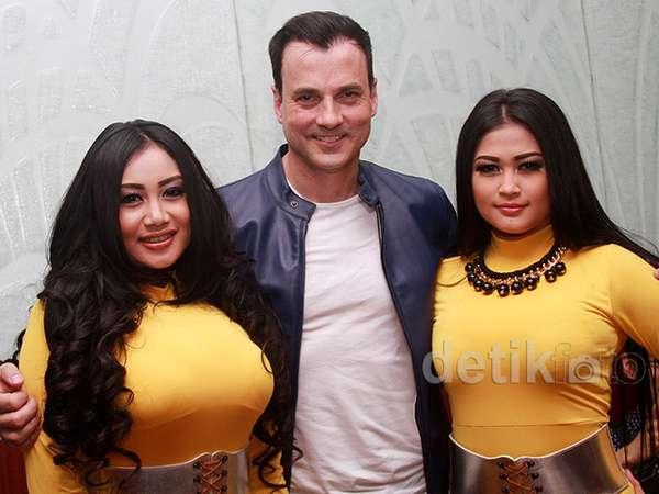 Jelang Konser di Jakarta, Tommy Page Diapit Duo Serigala