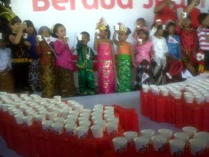 Kenakan Baju Adat Nusantara, Ratusan Anak Yogya Peringati Hari Susu