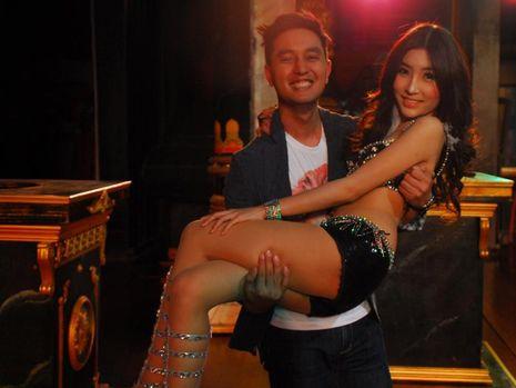 Bergenit ria dg Ladyboy di Thailand