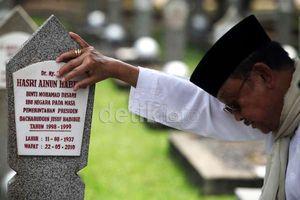 Cerita Penjaga Makam yang Tersentuh Melihat Doa Habibie Untuk Sang Istri