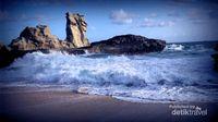 Pantai di Pacitan Ini Punya Batu Sphinx & Ombak Dahsyat
