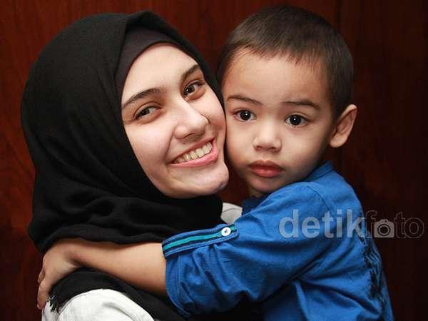 Kebersamaan Zee Zee Shahab dan Putranya Tercinta