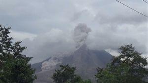 Gunung Sinabung Luncurkan Awan Panas Mengarah ke Selatan
