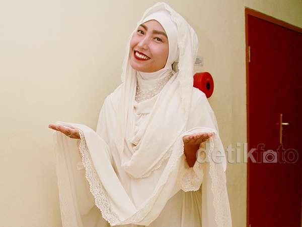 Sambut Ramadan, Ayu Dewi Tampil Berhijab