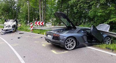Salah Perhitungan Saat Menyalip, Lamborghini Aventador Tabrak Keras Mobil Lain