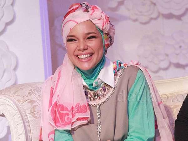 Cantik Berhijab Turban ala Dewi Sandra