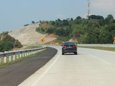 Jalan Tol Cipali, Ada yang Dilapisi Aspal, Ada Juga Beton