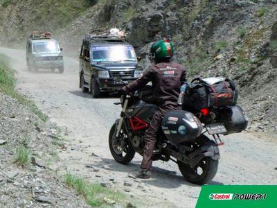 Di Negara Mana Saja Bikers Mario Servis dan Ganti Oli Castrol?