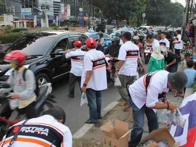 Komunitas Ertiga Bagi-bagi 200 Paket Takjil di Jalanan Pasar Minggu