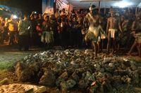 Tradisi Adat Ekstrem di Biak, Jalan di Atas Bara Api