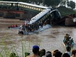 Kereta Pembawa Tentara Pakistan Jatuh ke Sungai