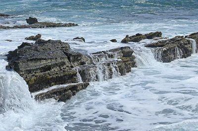 Pantai di Sawarna Ini Punya Air Terjun Ombak