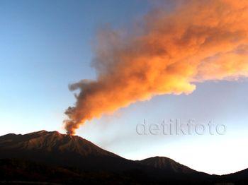 Gunung Raung Keluarkan Abu Vulkanik