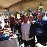 Jokowi dan Rini Kompak Beli Jaket Kulit Garut Rp 1,3 Juta