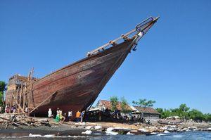 Kalondo Lopi, Prosesi Unik Menarik Kapal di Bima