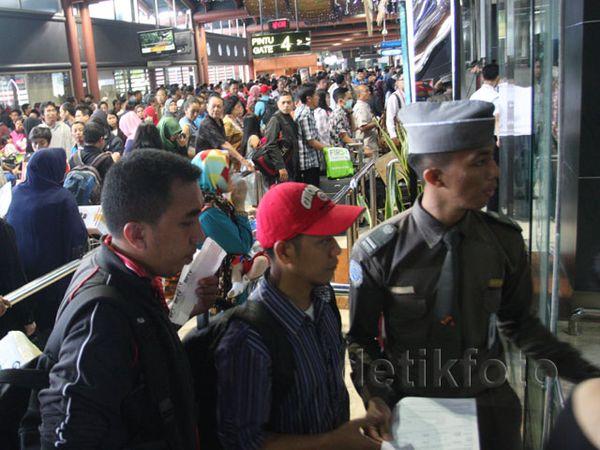 Penumpang Menumpuk di Terminal 2D Bandara Cengkareng