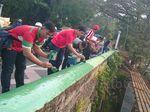 Relawan Bogoh Ka Bogor Mengecat Jembatan Sempur