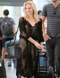 Penampilan Rp 41 Juta Margot Robbie di Bandara