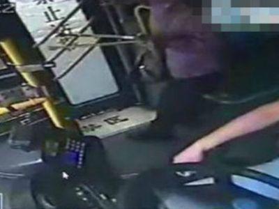Naik Bus Salah Jurusan, Nenek Ini Pukuli Sopir Sampai Menangis Tersedu-sedu