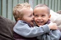 Bobby dan Riley, si Kembar yang Beda Warna Kulit dan Mata