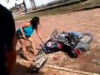 Wanita Ini Hancurkan Motor Pacarnya Karena Diselingkuhi