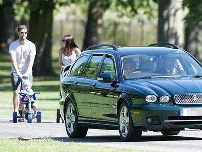Saat Ratu Elizabeth Menyetir dan Bermanuver Hindari Tabrak Keluarga