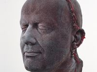 Seram! Patung Kepala Terbuat dari Darah Senimannya