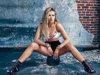 Khloe Kardashian Pamer Tubuh Curvy dan Seksi di Sampul Majalah