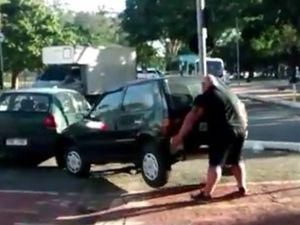 Bak Hercules, Pria Ini Angkat Sendiri Mobil Hatchback yang Parkir di Jalan Sepeda