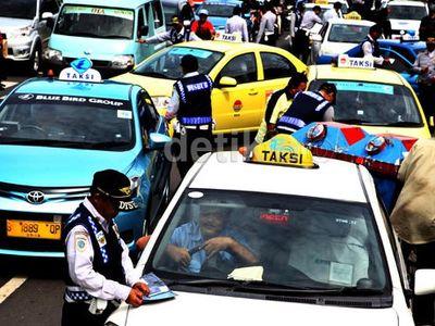 Cara Aman dan Nyaman Saat Menumpang Taksi