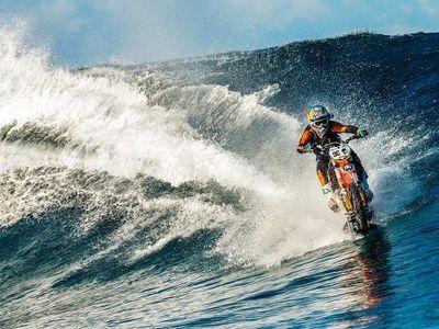 Gokil, Pria Ini Berselancar di Laut Pakai Motor Trail